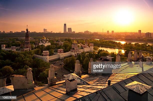 Moskau Stadt bei Sonnenuntergang. Blick vom Dach eines alten Gebäude