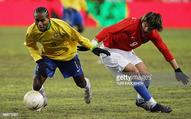 Brazilian Ze Roberto vies for the ball with Russian Dmitry Loskov during their friendly football match in Moscow 01 March 2006 AFP PHOTO / YURI...