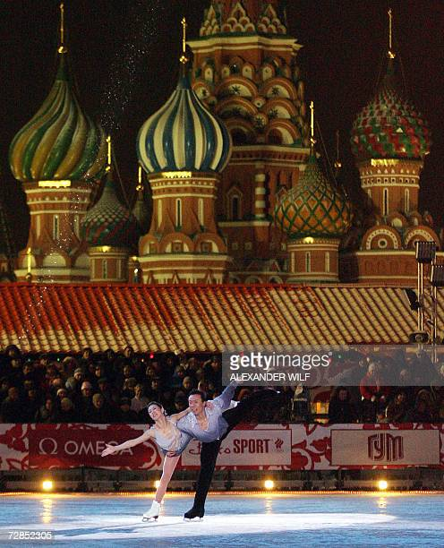 Chinese pair Xue Shen and Hongbo Zhao perform during a gala figure skating show near St Basil's Cathedral in Red Square in Moscow 19 December 2006...
