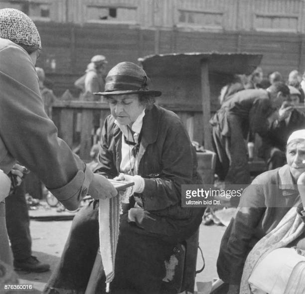 Moscow Sucharevka market former middle class people selling private belongings to earn some money women selling goods Karolyi Unionbild Vintage...