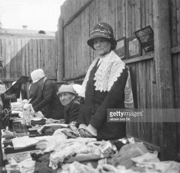 Moscow Sucharevka market former middle class people selling private belongings to earn some money women at the stall Karolyi Unionbild Vintage...