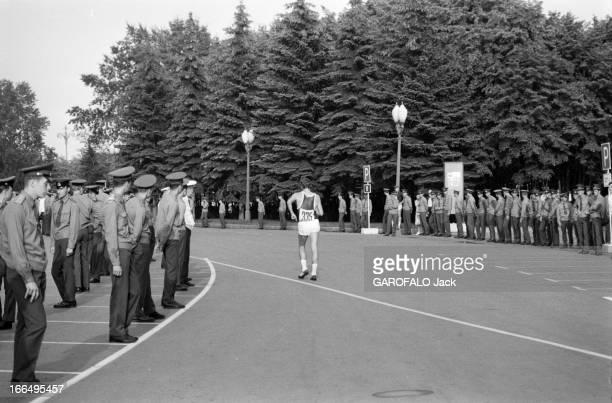 Moscow Summer Olympic Games 1980 Union Soviétique juillet 1980 les Jeux Olympiques d'été de Moscou L'épreuve de marathon un marathonien dans une rue...