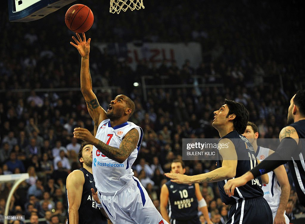 Moscow`s Aaaron Jackson (C) goes for the basket as Anadolu Efes`s players look on during the Euroleague basketball match Anadolu Efes vs CSKA Moscow on February 22, 2013 at Abdi Ipekci Arena in Istanbul. AFP PHOTO/BULENT KILIC