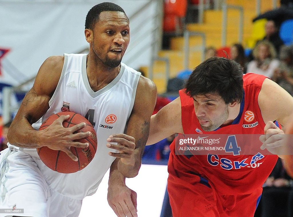 Moscow's Milos Teodosic (R) vies with Brose Basket's Sergerio Gison in Moscow on January 10, 2013 during their Euroleague top 16 group E game. AFP PHOTO/ ALEXANDER NEMENOV
