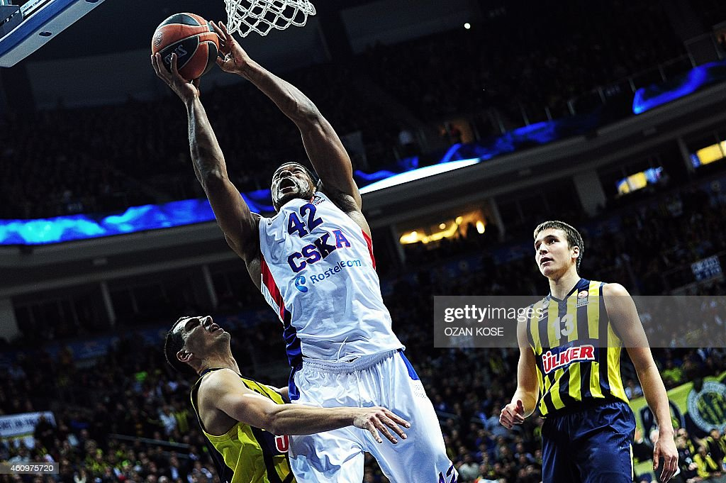 Moscow's US center Kyle Hines (C) jumps with the ball next to Fenerbahce Ulker's Serbian forward Bogdan Bogdanovic (R) and Greek guard Nikos Zisis (L) during a Euroleague Top 16 basketball match Fenerbahce vsCSKA Moscow on January 2, 2015 at the Fenerbahce Ulker Sports Arena in Istanbul.