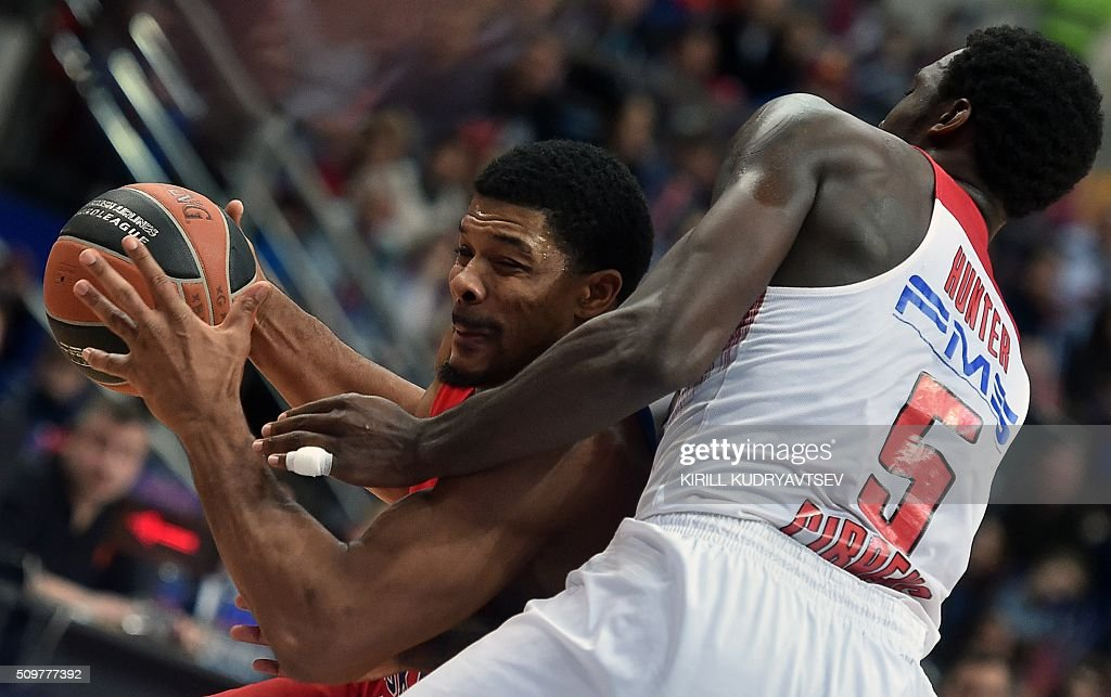 Moscow's US forward Kyle Hines (L) vies with Olympiacos Piraeus' US forward Othello Hunter during the Euroleague group F Top 16 round 7 basketball match CSKA Moscow vs Olympiacos Piraeus in Moscow on February 12, 2016. AFP PHOTO / KIRILL KUDRYAVTSEV / AFP / KIRILL KUDRYAVTSEV