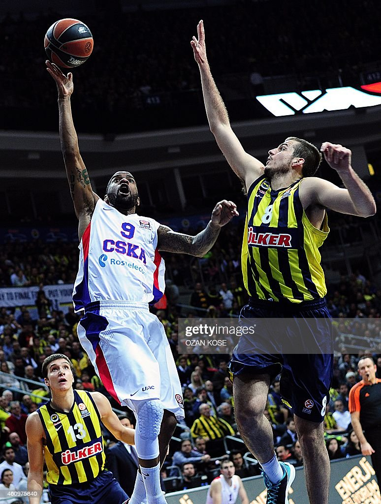 Moscow's US guard Aaron Jackson (C) vies for the ball with Fenerbahce Ulker's Serbian forward Nmanja Bjelica (R) and Serbian forward Bogdan Bogdanovic (L) during a Euroleague Top 16 basketball match between Fenerbahce and CSKA Moscow on January 2, 2015 at the Fenerbahce ulker Sports Arena in Istanbul.