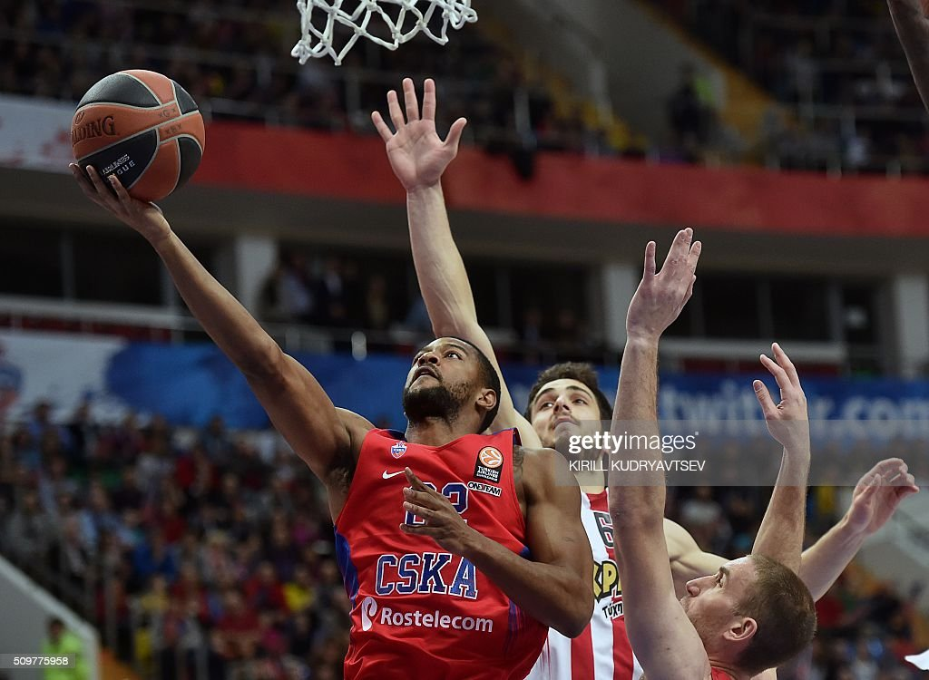 Moscow's US guard Cory Higgins (L) vies with Olympiacos Piraeus' forward Ioannis Papapetrou (C) and Olympiacos Piraeus' US guard Matt Lojeski during the Euroleague group F Top 16 round 7 basketball match CSKA Moscow vs Olympiacos Piraeus in Moscow on February 12, 2016. AFP PHOTO / KIRILL KUDRYAVTSEV / AFP / KIRILL KUDRYAVTSEV