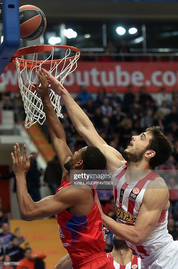 Moscow's US guard Cory Higgins (L) vies with Olympiacos Piraeus' forward Ioannis Papapetrou during the Euroleague group F Top 16 round 7 basketball match CSKA Moscow vs Olympiacos Piraeus in Moscow on February 12, 2016. AFP PHOTO / KIRILL KUDRYAVTSEV / AFP / KIRILL KUDRYAVTSEV