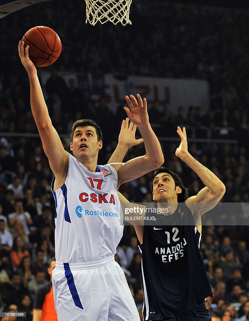 Moscow`s Zoran Erceg (L) vies with Anadolu Efes`s Kerem Gonlum (R) during the Euroleague basketball match Anadolu Efes vs CSKA Moscow on February 22, 2013 at Abdi Ipekci Arena in Istanbul. AFP PHOTO/BULENT KILIC