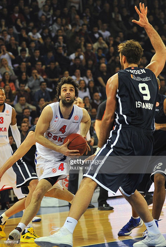 Moskow`s Milos Teodosic (L) vies with Anadolu Efes`s Semih Erden (R) during the Euroleague basketball match Anadolu Efes vs CSKA Moscow on February 22, 2013 at Abdi Ipekci Arena in Istanbul. AFP PHOTO/BULENT KILIC