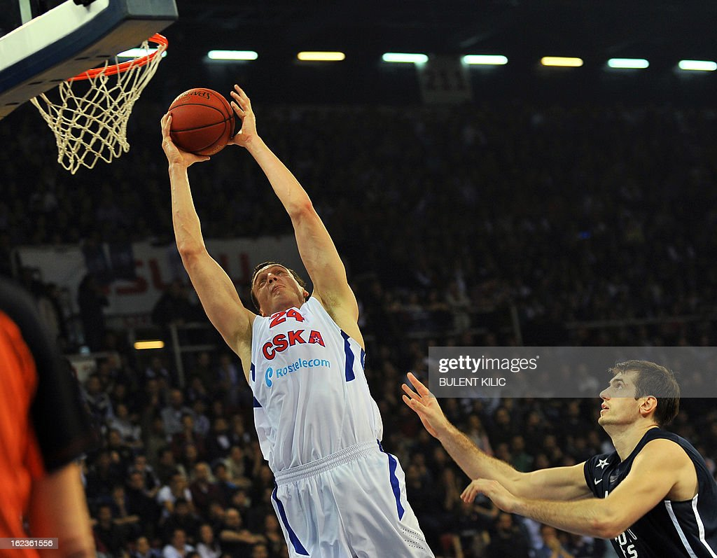 Moskow`s Sasha Kaun (L) goes for the basket as Anadolu Efes`s Stanko Barac looks at him during the Euroleague basketball match Anadolu Efes vs CSKA Moscow on February 22, 2013 at Abdi Ipekci Arena in Istanbul.