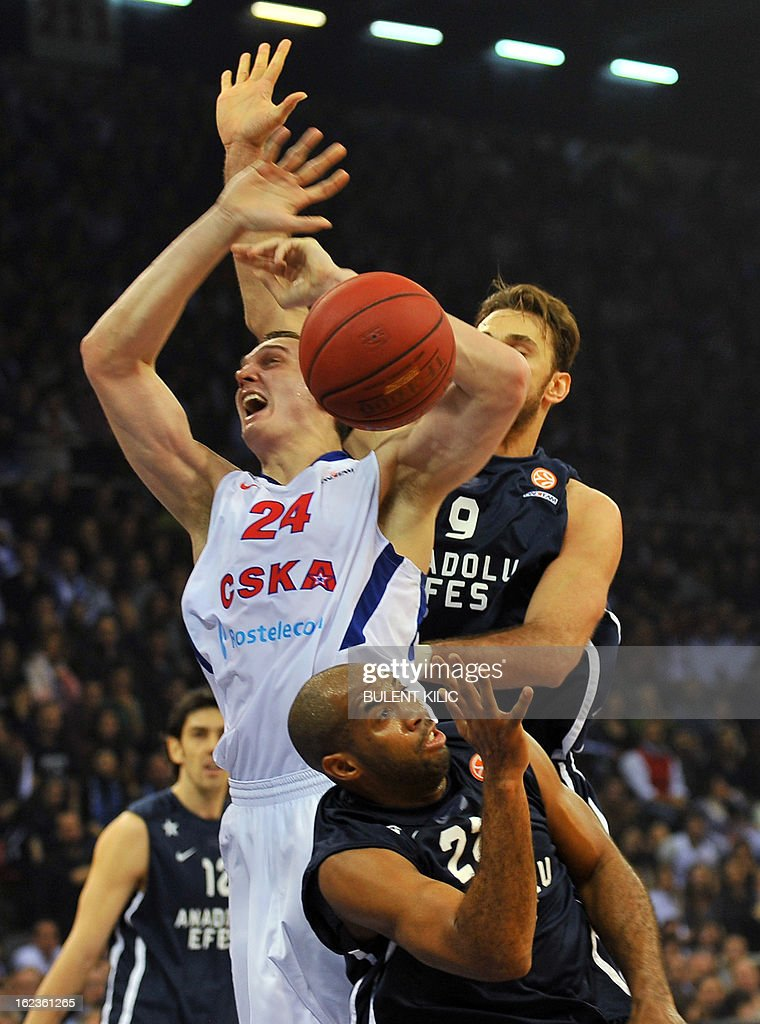 Moskow`s Sasha Kaun (C) vies with Anadolu Efes`s Semih Erden (back) and Jamon Lucas (front) during the Euroleague basketball match Anadolu Efes vs CSKA Moscow on February 22, 2013 at Abdi Ipekci Arena in Istanbul.