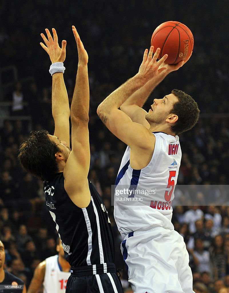 Moskow`s Vladimir Micov (R) vies with Anadolu Efes`s Sasha Vujacic during the Euroleague basketball match Anadolu Efes vs CSKA Moscow on February 22, 2013 at Abdi Ipekci Arena in Istanbul. AFP PHOTO/BULENT KILIC
