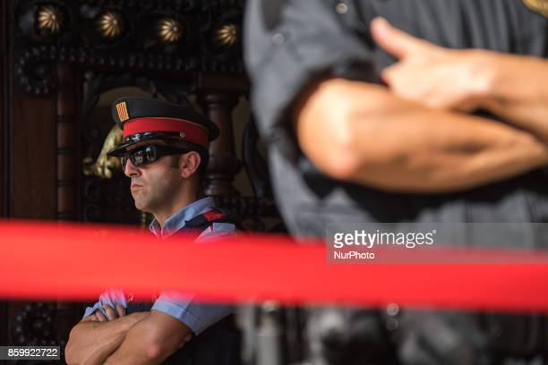 Mossos behind the parliament waits for the independence announcement