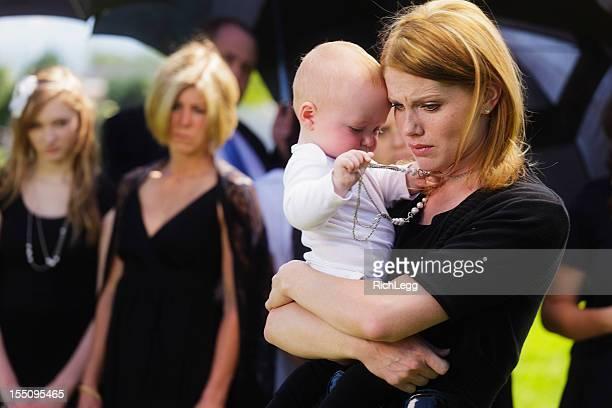 Mère et bébé à des funérailles