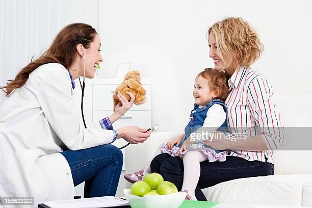 Mère et bébé au bureau de médecins