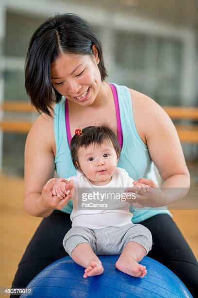 Mère et bébé dans la salle de sport