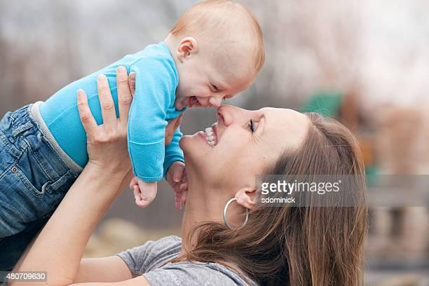 Mutter und Baby Spaß im Freien