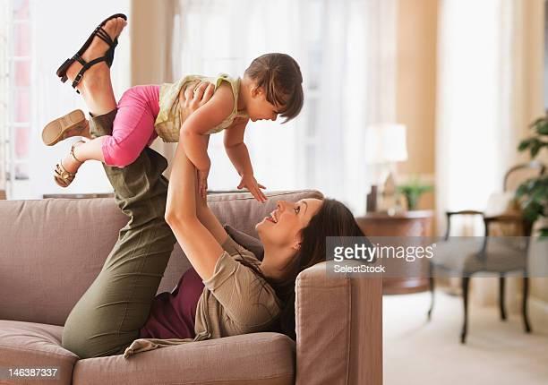 Mutter und Kind Tochter spielen