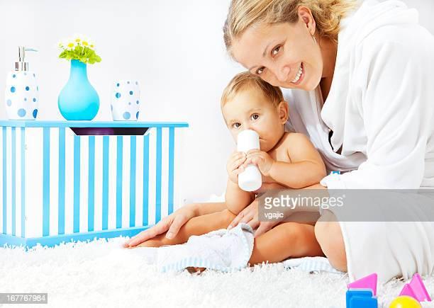 Mère et bébé fille portrait après le bain