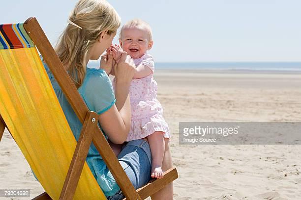 Mère et bébé fille sur la plage