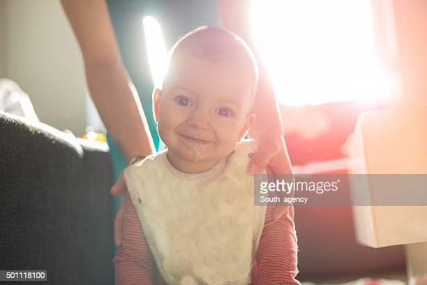 妊婦とベビー用に流れるホワイトのリビングルーム
