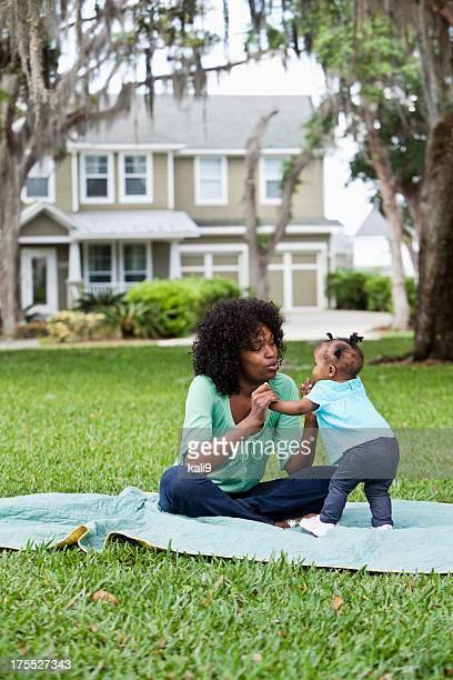 Mère et bébé jouant sur Nappe de pique-nique