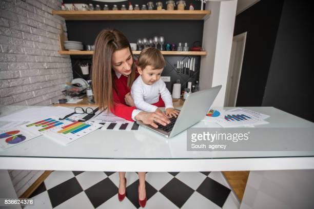 Mutter und Kind von zu Hause aus arbeiten