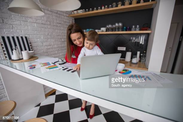 Mutter und Kind in der Küche