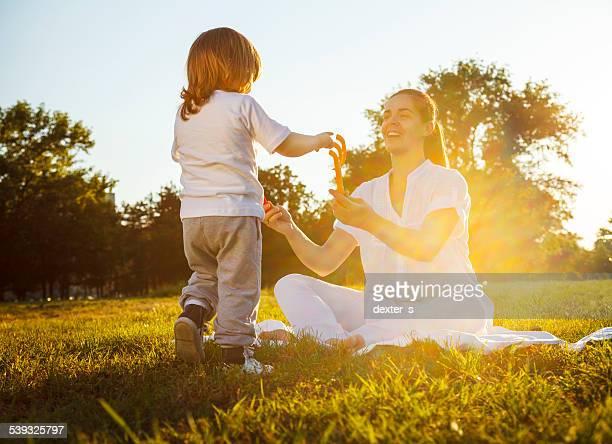 Madre e bambino Godetevi la splendida giornata nel parco