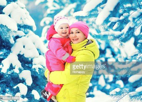 Madre e hijo se divierten en invierno nívea día : Foto de stock