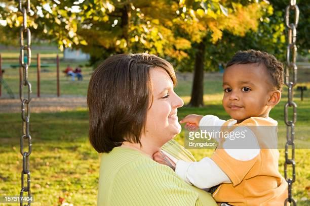 Mutter und Kind im Freien