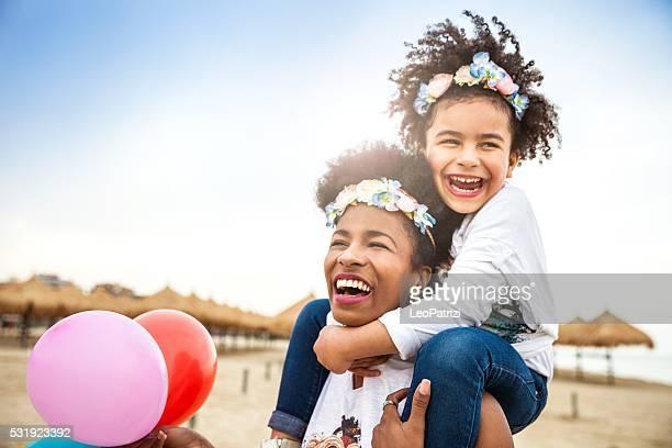 Mère et enfant jouent ensemble célébrant