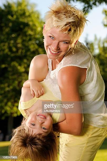 Mutter und Kind In eine verspielte Moment im Park