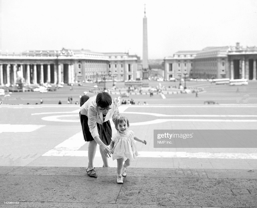 Mother and child St Peter's Square : Stock Photo