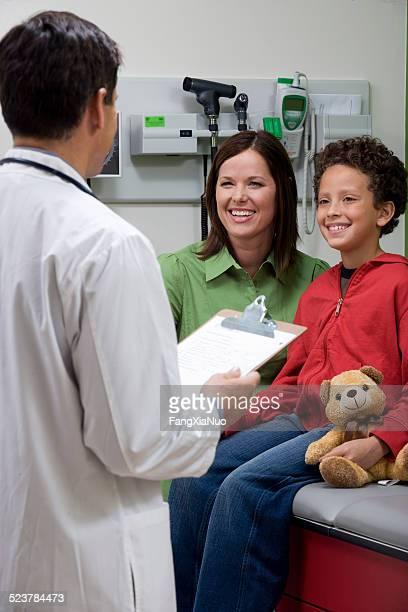 Mère et enfant parler de médecin en pédiatrie