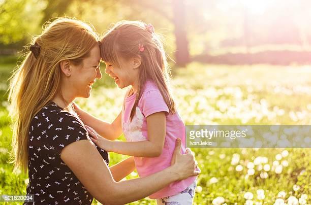 Mãe e filho juntos na natureza na Primavera