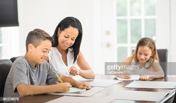 Mère et enfants faire des recherches