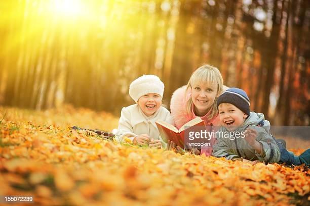 Mutter und Kinder im Herbst park