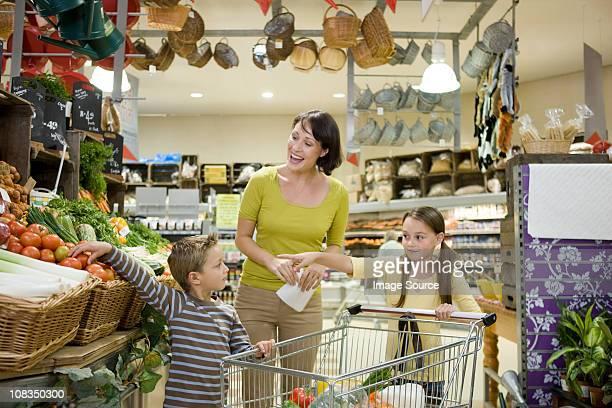 Mãe e filhos em Supermercado