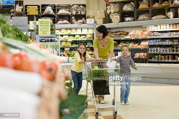Madre e bambino in Supermercato