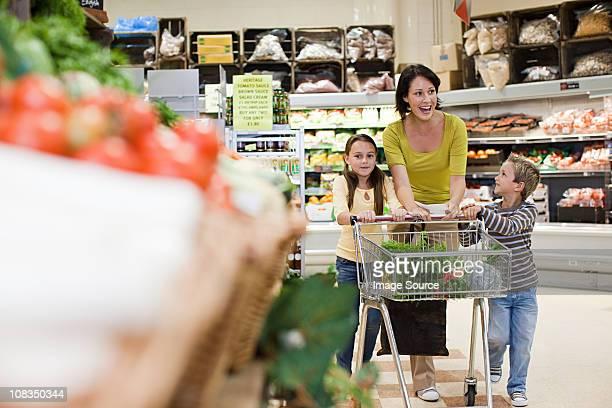 Mère et enfant dans un supermarché