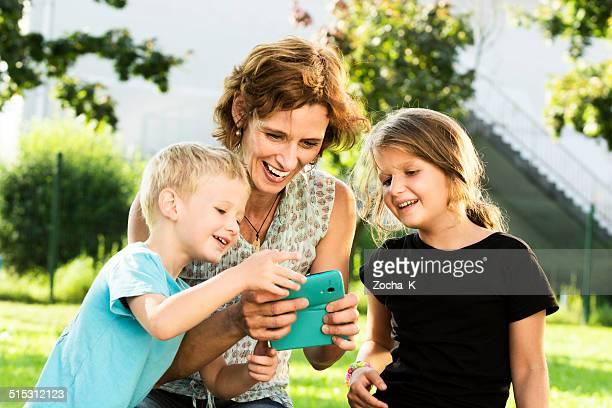 Mutter und Kinder spielen Spiel.