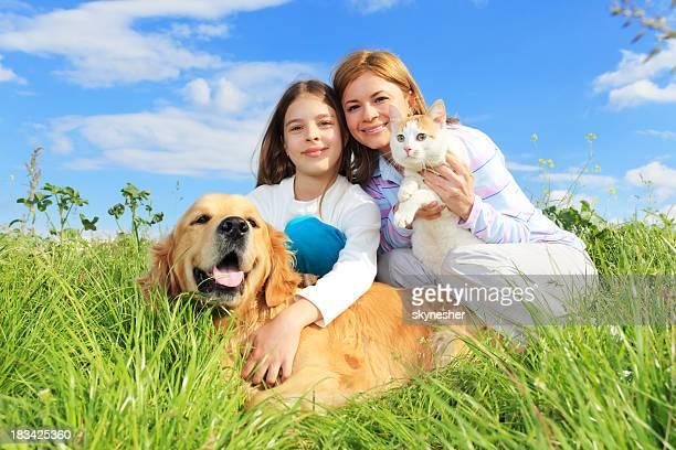 Madre e figlia godono aperto con animali da compagnia
