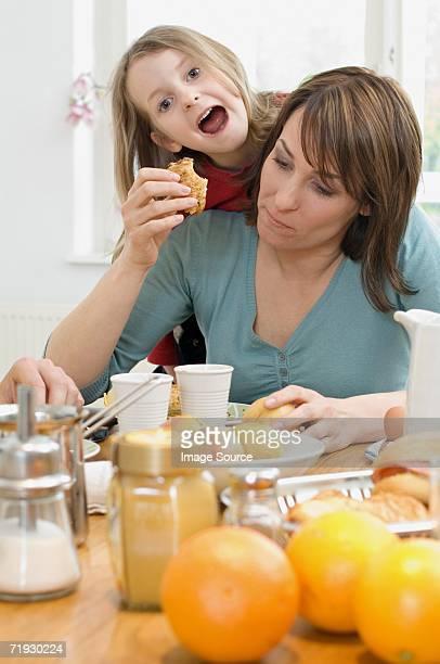 Mère et fille à la table de petit déjeuner
