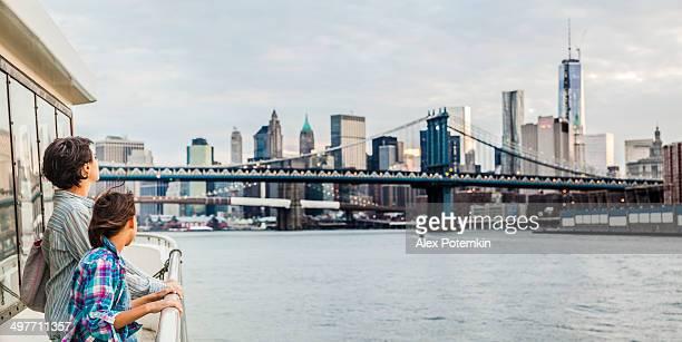 Mère et fille au ferry du fleuve Hudson