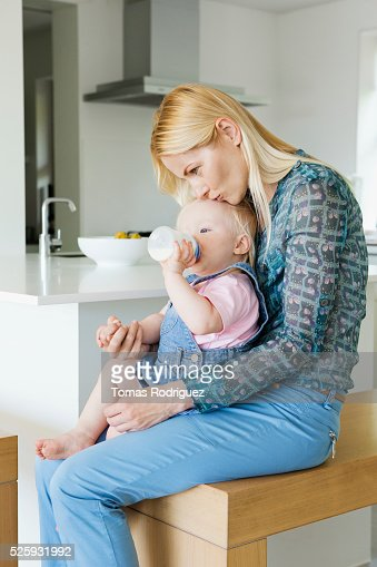 Mother and daughter (12-23 months) at home : Bildbanksbilder