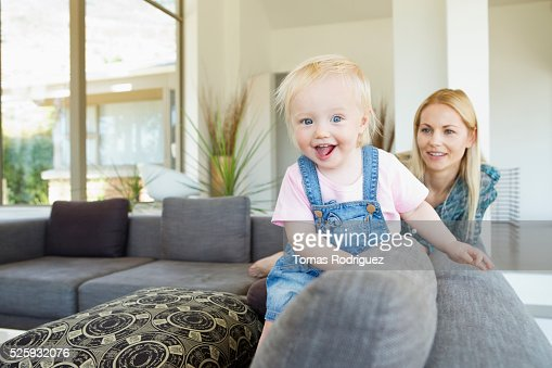 Mother and daughter (12-23 months) at home : Stockfoto