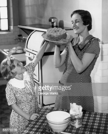 Mother and daughter baking cake : Stock-Foto